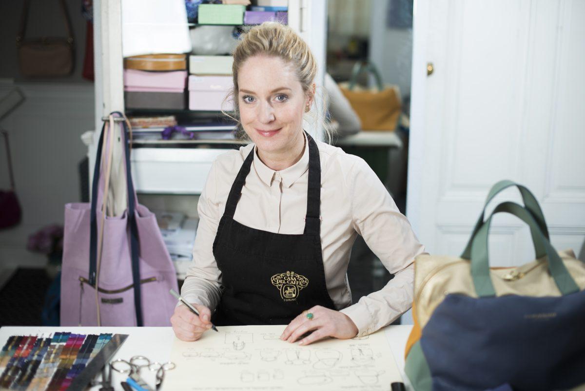 Die Taschendesignerin Karin Suchanka in ihrem Atelier in Nürnberg
