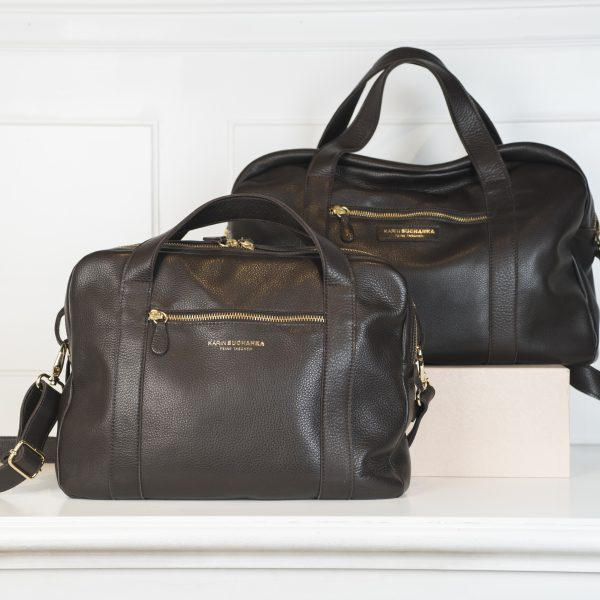 Die feinen Ledertaschen Business Gross & Klein sind einmal aus dunkelbraunen Leder und aus Schwarzem Leder. Die Reißverschlüsse und Schnallen sind jeweils in gold. Jede Tasche hat zwei kurze Henkel zum Tragen und jeweils einen Tragegurt