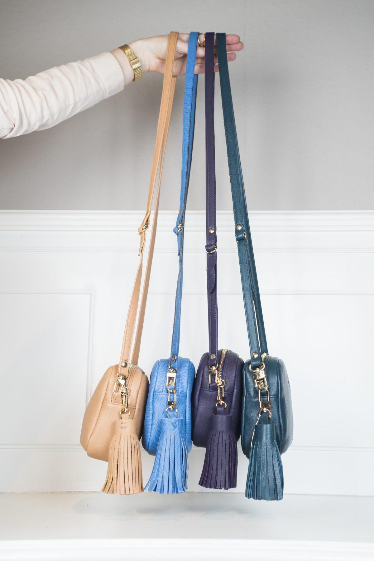 Die Taschen sind in 5 Farben erhältlich - Nude, Hellblau, Aubergine, Petrol, Lila. Jede Tasche ist mit einem Anhänger aus Leder der jeweiligen Farbe bestückt