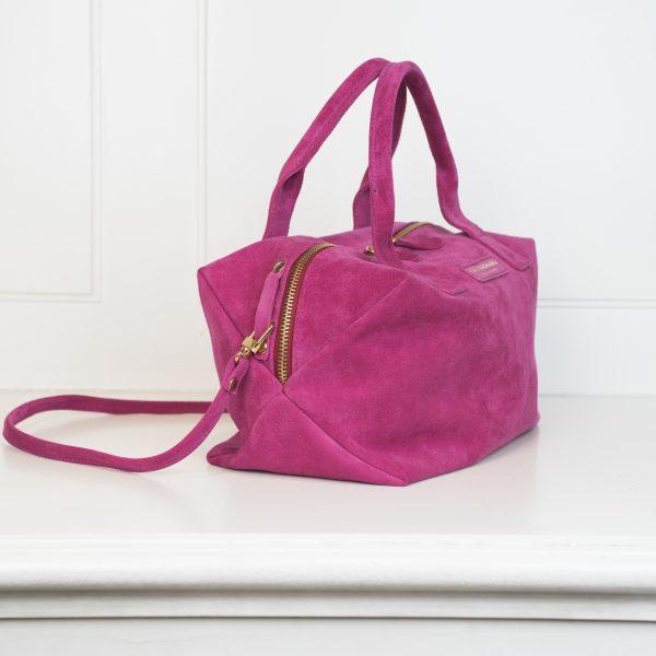 Die Tasche X4 ist in pink gehalten und hat einen Tragegurt mit integriert.