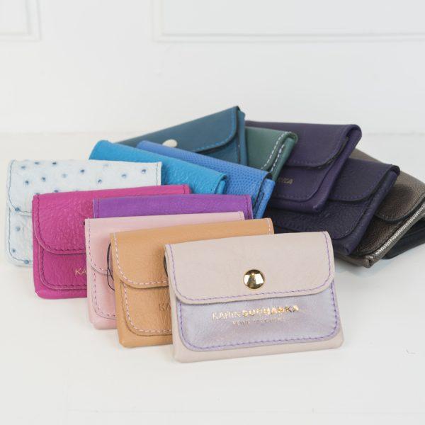 Die Minibörsen sind in den verschiedenen Farben aufgeregt wie beige, hellbraun, rosa, lila, pink, lila, hellblau mit Punkten, blau, dunkelblau, petrol, grün, aubergine , schwarz und Olive
